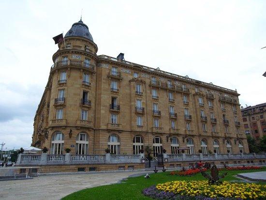 Hotel Maria Cristina, a Luxury Collection Hotel, San Sebastian : ホテル外観。優雅。