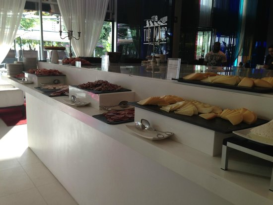Meliã Barcelona Sky: Breakfast buffet