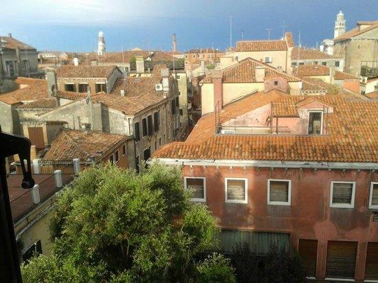 Hotel Palazzo Stern: La vue de notre chambre au 3ème étage
