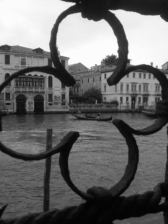 Hotel Palazzo Stern: Entre les ferroneries de la terrasse...
