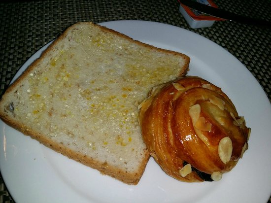 On8 Sukhumvit Nana By Compass Hospitality: Regular bread and pastries