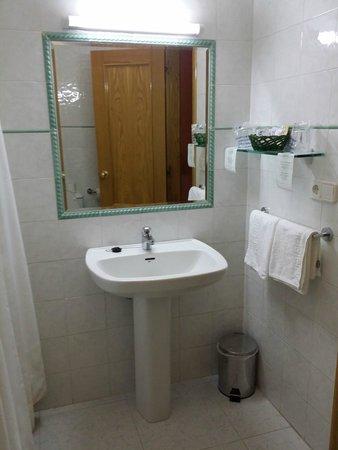 Adina, إسبانيا: Baño correcto y limpísimo.