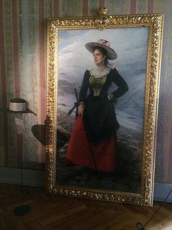 Castel Savoia: Ritratto della Regina Margherita conservato all'interno della sua stanza privata.