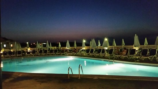 Presidente Hotel: Pool at Hotel Presidente in evening