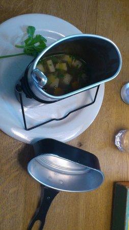 Hotel WunderBar: Spatz (Suppe mit Fleisch) in der Gamelle serviert