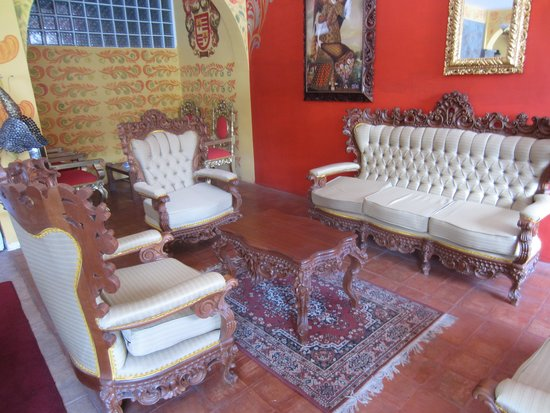 Hotel Warari: Homely reception lounge