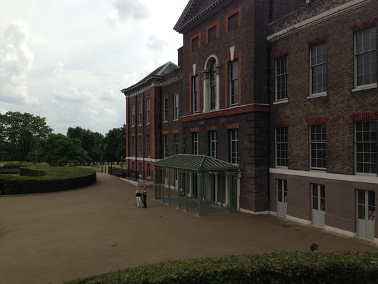 Kensington Palace : outside palace entrance