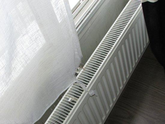 NH Brussels Stephanie: Room 410: Window curtains torn