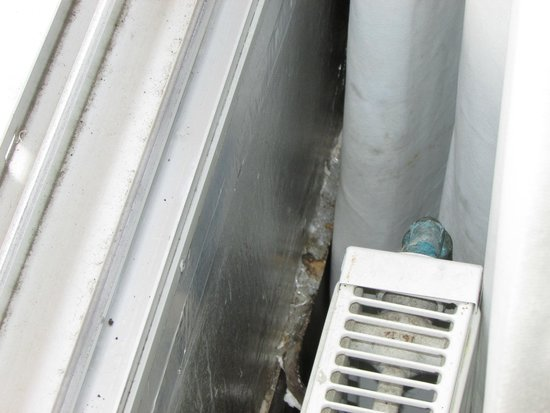 NH Brussels Stephanie: Room 410: Mold around the windows