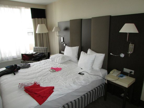 NH Brussels Stephanie : Room 410: Large kingsize bed