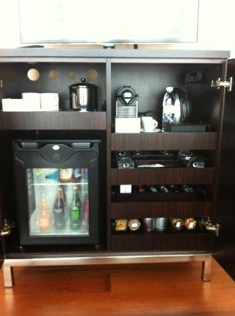 The Oberoi, Dubai: Comlimentary Coffee&Tea facilites and Rich minibar