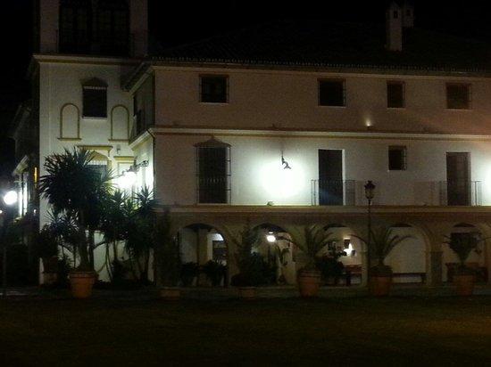 Hotel Finca Eslava : Una de las fachadas de noche