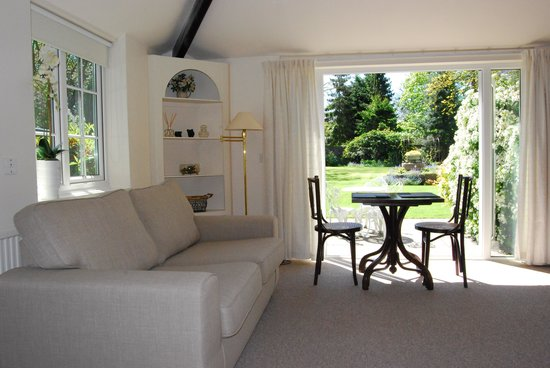The Little Manor: Spacious Garden Room
