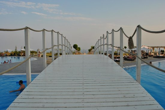 Lighthouse Golf & Spa Resort: Bridge over the exterior pool