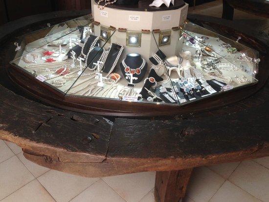 La Cartuja de Valldemossa : Это очень необычная витрина ювелирного магазина. Затейники!