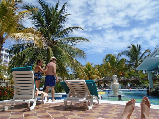 Hotel Riu Montego Bay: Relaxing by the pool