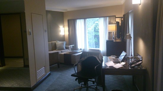 Holiday Inn Singapore Orchard City Centre: LivingRoom & Businessdesk