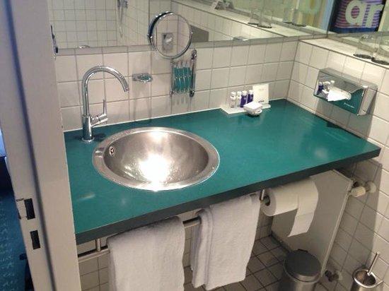 art'otel berlin mitte: Bathroom