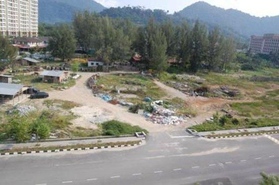 Dayang Bay Serviced Apartment & Resort: Свалка перед отелем