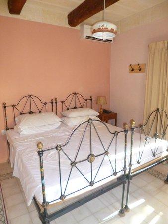 Maria Giovanna Guest House: camera da letta ampia e dallo stile vintage!