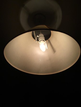 Lake House Country Hotel: Same room another type of (incandescent) bulb