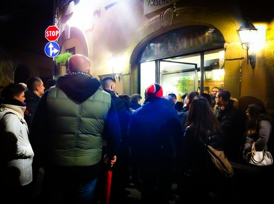 "Restaurante Il Latini : Традиционная очередь из желающих в ресторан ""Da il Latini"""