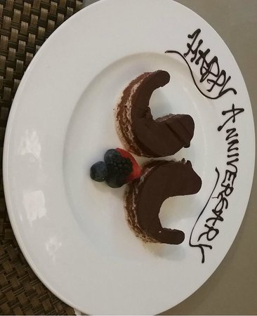 The Athenaeum Hotel & Residences : Cute little anniversary cake