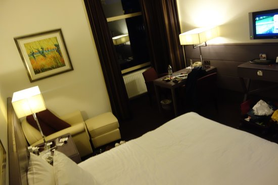 Apollo Hotel Amsterdam : Flat screen, comfy chair next to bed and desk (has hard wire internet access)