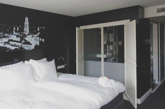Mary K Hotel: Notre chambre avec un aperçu sur la salle de bain