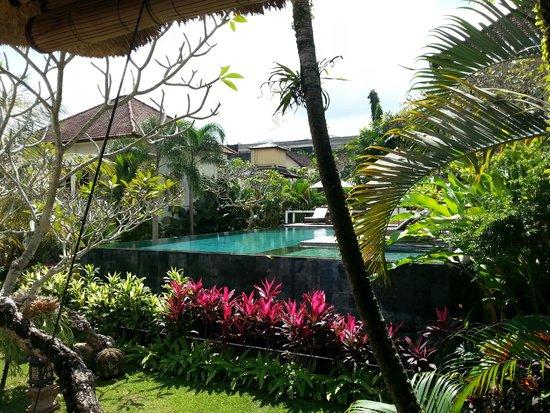 Pertiwi Resort & Spa: piscina vicino alla reception
