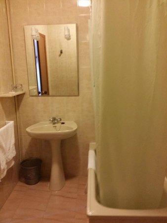 Hotel Paris: Baño básico pero limpio.