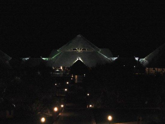 Diamonds La Gemma dell' Est: Часть пляжного комплекса  при ночном освещении
