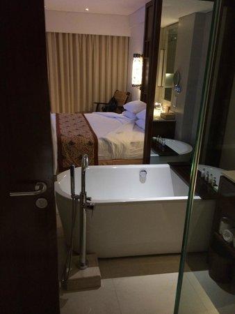 Padma Resort Legian: bathroom into bedroom area