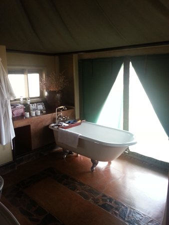 White Elephant Safari Lodge: Romantic bath and candles run for you to enjoy after your afternoon activity