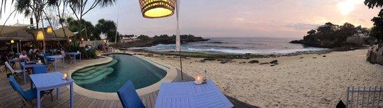 Sandy Bay Beach Club Lembongan : The beautifully located restaurant!!