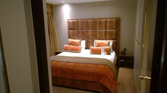 Radisson Blu Edwardian Heathrow Hotel: Bedroom in our suite