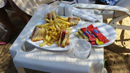Santa Marina Plaza: Snack served at the beach