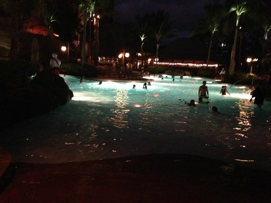 Aulani, a Disney Resort & Spa: 夜のプール