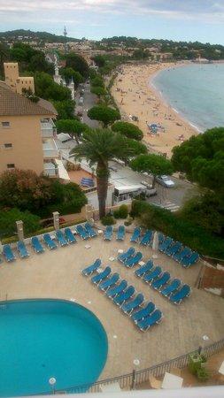 ILUNION Caleta Park: piscina y playa