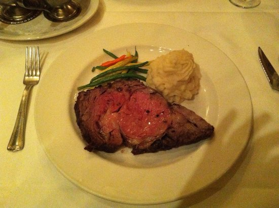 Hy's Steak House - Waikiki: ステーキが柔らかくて美味しい。サラダとマッシュドポテトも美味しかったです。デートにいいお店です。