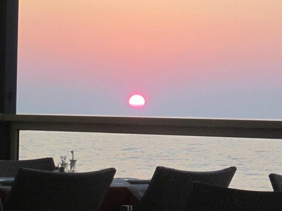 Thalassi Hotel-Apts: Sunset as viewed from taverna