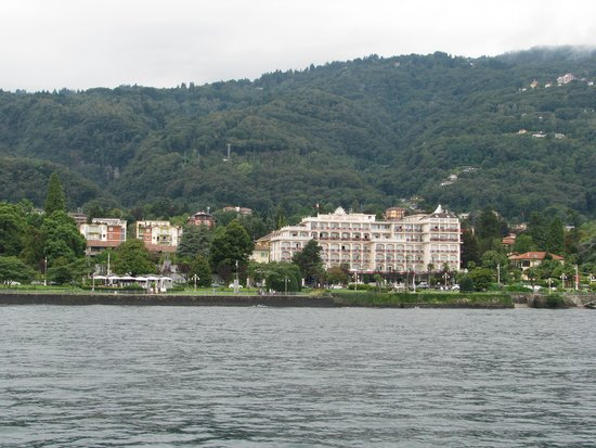 Grand Hotel Bristol: hotel from ferry on lake
