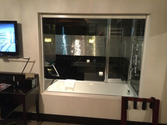 The Montcalm at the Brewery London City : Glass between room and bathroom - Optional electric screen can come down