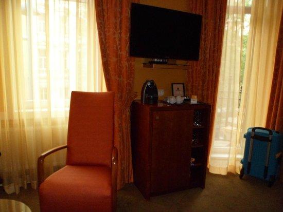 Small Luxury Hotel Das Tyrol: Televisión y Nespresso