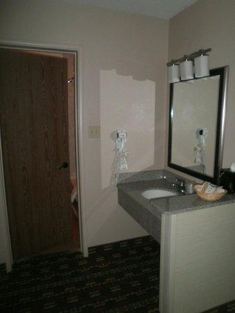 Goulding's Lodge & Campground : Rest room. Lavabo apartado del wc y bañera. Limpísimo y a todo detalle.
