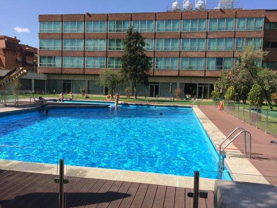 Melia Barajas: Piscina del hotel