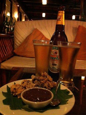 Sanctuary Pakbeng Lodge: A beer before dinner at Pakbeng lodge