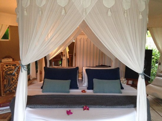 Sandat Glamping Tents: Round bed