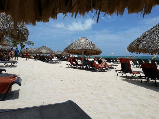 Now Larimar Punta Cana: Beach and shadows
