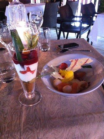 Le Sancyr : Cheesecake rhubarbe, fraises et spéculoos + Fruit de la passion, pomélo et litchi